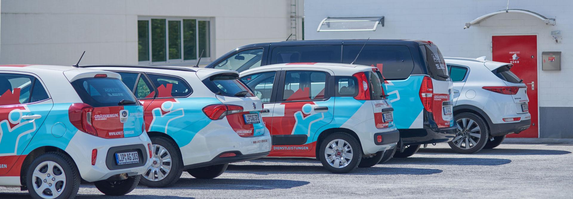 Firmenfahrzeuge von ADRETT vor dem Firmengebäude