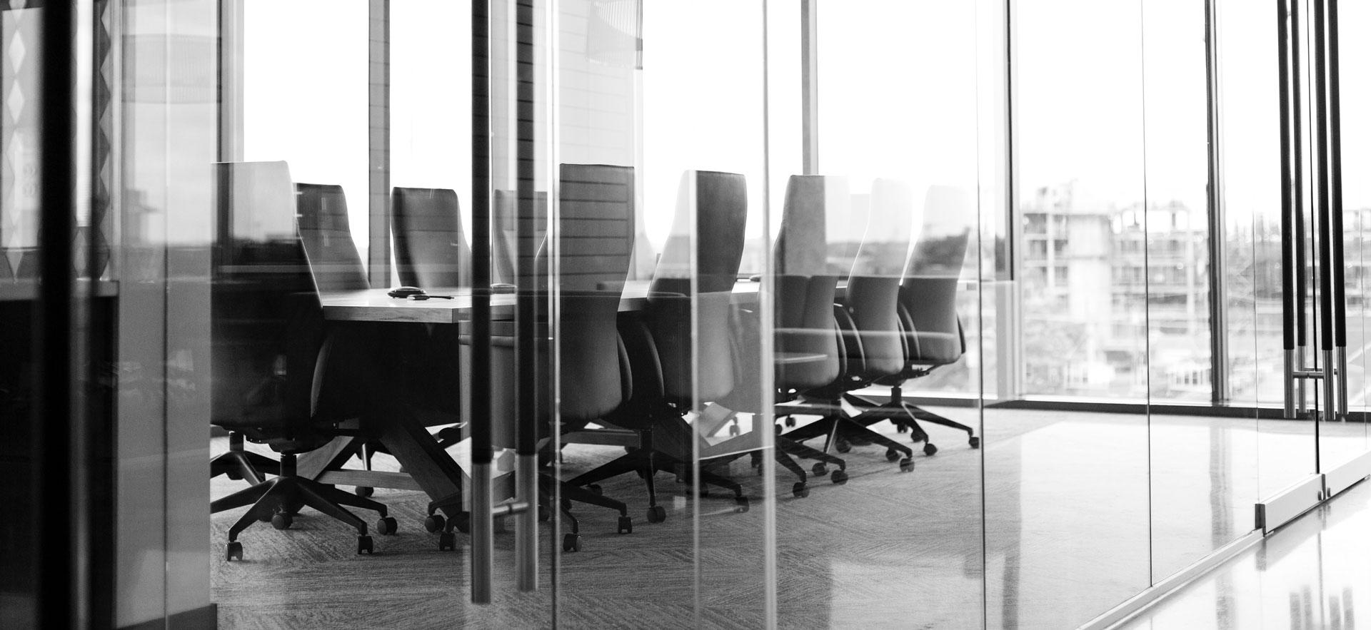 Modernes Büro mit Glaswänden in schwarz-weiß